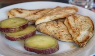 Frango grelhado com batata doce assada com casca do frangocombatatadoce